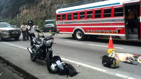 La motocicleta y las mochilas de los estudiantes se observan a un costado del cadáver de Cubur Solís. (Foto Prensa Libre: Érick Ávila)