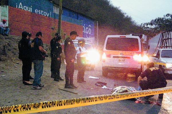 Fiscales del  MP examina lugar donde murió un hombre cuando se tiró de un bus en marcha. (Foto Prensa Libre: Héctor Contreras)