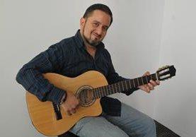 El guitarrista guatemalteco José Luis Lemus, de 47 años, se enfrentará a otros 20 músicos de Europa. (Foto Prensa Libre: Ana Lucía Ola)