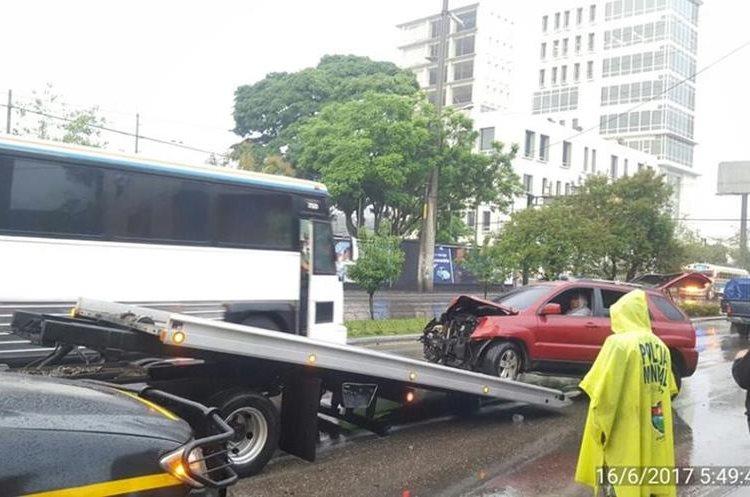 Carro colisionó contra poste en 14 avenida y bulevar Los Próceres, zona 10. (Foto Prensa Libre: Amílcar Montejo)