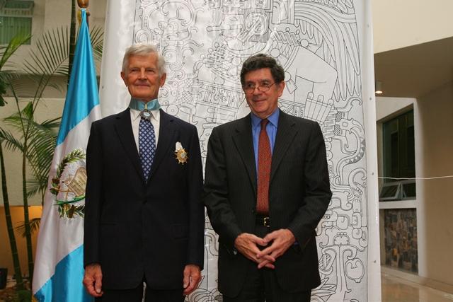 El epigrafista Ian Graham fue condecorado con la Orden del Quetzal en grado de Gran Oficial en 2007 por su labor de rescate de las inscripciones mayas, su interpretación y difusión a nivel mundial, la medalla fue colocada por el canciller Gert Rosenthal.(Foto Prensa Libre: Hemeroteca PL)
