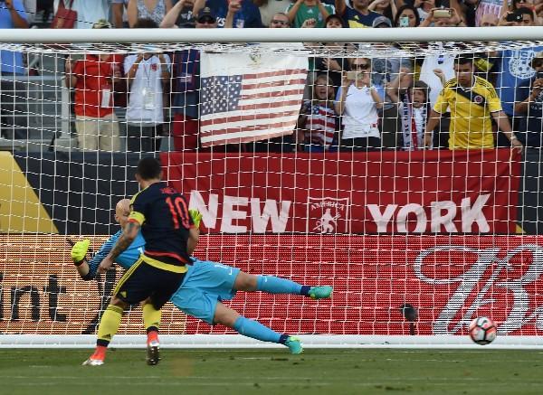 James Rodríguez anota desde el punto de penal el segundo gol de Colombia contra Estados Unidos. (Foto Prensa Libre: AFP).