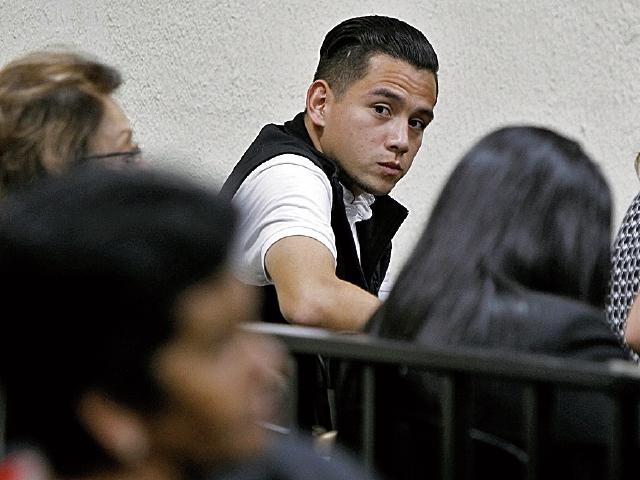 José Manuel Morales, hijo del presidente, se molestó ayer luego que no se le permitió ingresar alimentos a la sala. (Foto Prensa Libre: Paulo Raquec)