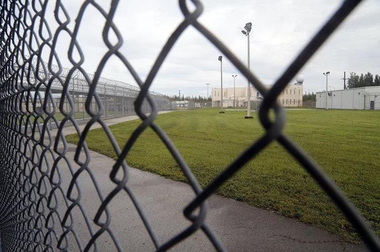 Las áreas cercadas conectan con otros edificios del centro de detención Krome, en Miami. (Foto Prensa Libre: José A. Iglesias/El Nuevo Herald).