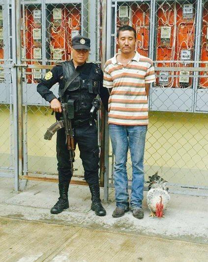 Carlos Enrique Padilla Pacheco, de 38 años, fue trasladado a la cárcel de Los Jocotes, Zacapa, sindicado de robar un gallo, en Chiquimula. (Foto Prensa Libre: Mario Morales)