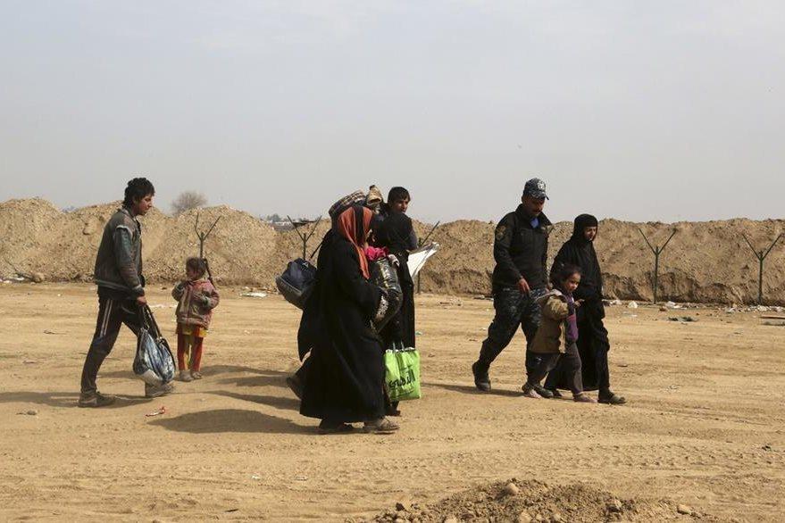 Desplazados iraquíes abandonan parte de la ciudad de Mosul. (Foto Prensa Libre: AP)