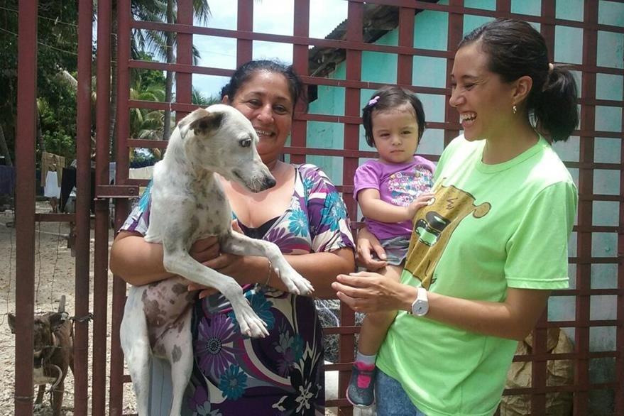 Una familia en Santa Elena, Flores, Petén, es feliz junto a su mascota Vita, quien fue adoptada. (Foto Prensa Libre: Rigoberto Escobar)