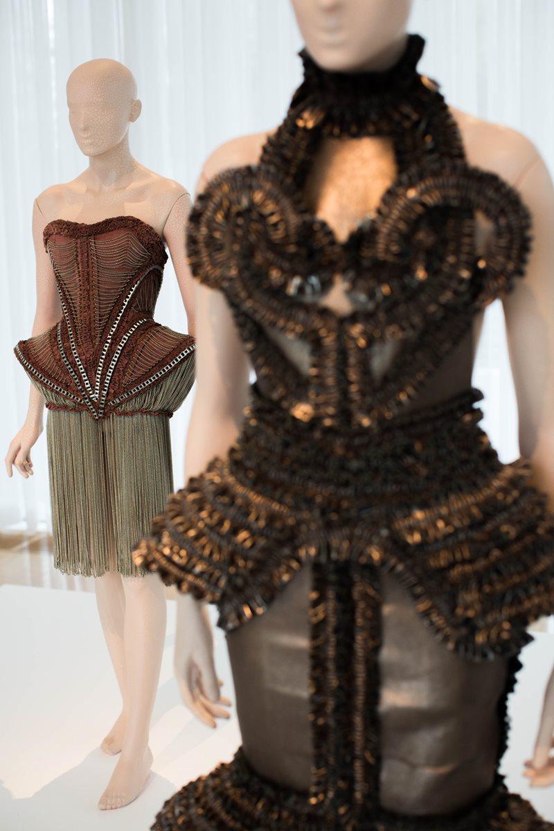 Lo diseños de Iris Van Herpen también fueron usados por estrellas como Lady Gaga. (Foto Prensa Libre: AP).
