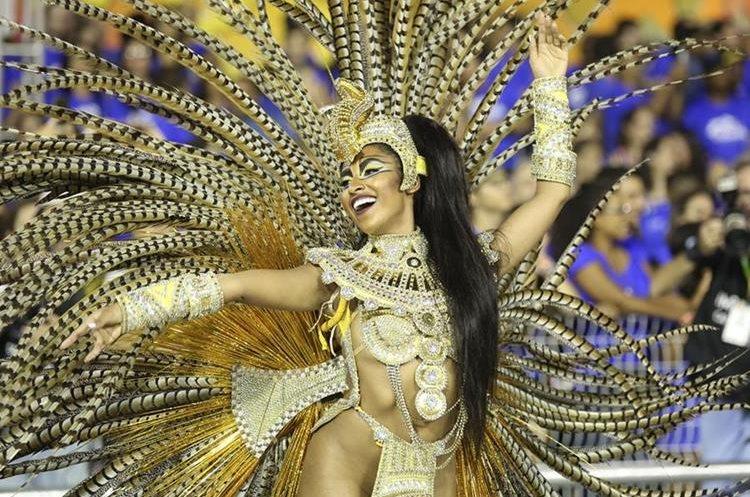 BRA94. SAO PAULO (BRASIL), 06/02/2016.- Integrantes de la escuela de samba del Grupo Especial Águia de Ouro desfila hoy, sábado 6 de febrero de 2016, en la celebración del Carnaval de Sao Paulo, en el sambódromo de Anhembí en Sao Paulo (Brasil). EFE/SEBASTIÃO MOREIRA