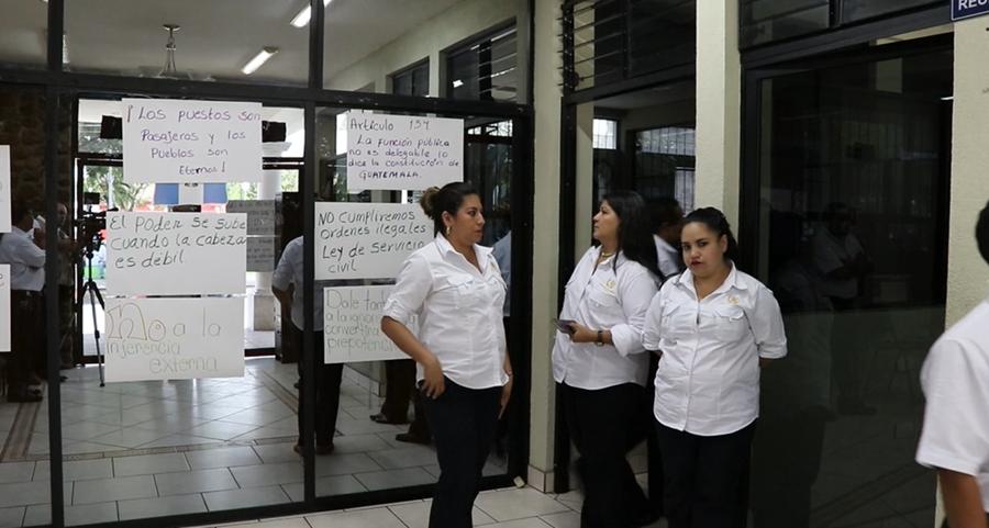 Varios carteles fueron colocados en el ingreso de la oficina del gobernador de Jutiapa, en el que se denuncia la injerencia de su hija en esa entidad. (Foto Prensa Libre: Hugo Oliva).