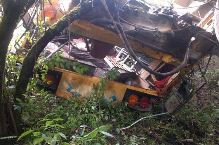 El bus cayó en un barranco en la ruta de Qusis a Chisis, San Juan Cotzal, Quiché. (Foto Prensa Libre: Héctor Cordero)