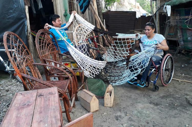 Miguel Pérez Santos no puede caminar, pero eso no le impide fabricar muebles y ganarse la vida por sus propios medios. (Foto Prensa Libre: Rigoberto Escobar)