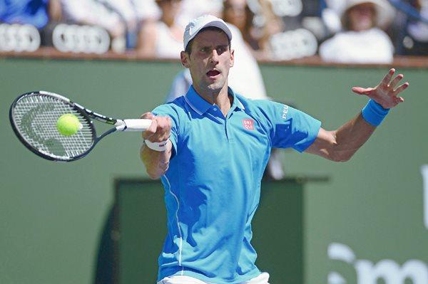 El serbio Novak Djokovic, en acción, durante el partido. (Foto Prensa Libre: EFE).