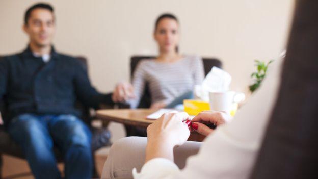 La partera Sophie King aconseja consultar con obstetras opciones como la cesárea o terapias para reducir los temores. SNEKSY