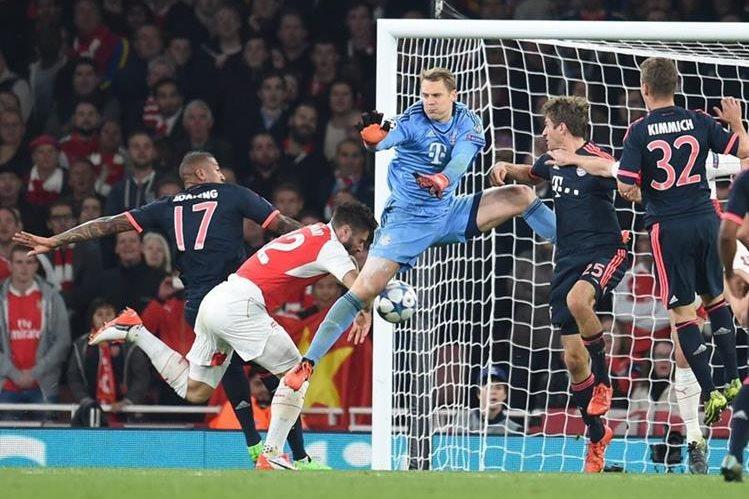 Olivier Giroud en el momento que vence al portero del Bayern Manuel Neuer. (Foto Prensa Libre: AFP)