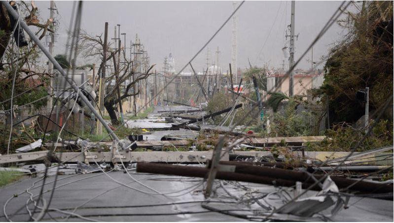 Postes y líneas eléctricas derribas sobre una carretera en Humacao, Puerto Rico, después del paso del Huracán María. (Foto Prensa Libre: AP)