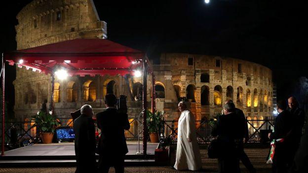 El papa sigue celebrando un Viacrucis alrededor del anfiteatro todos los viernes Santo. GETTY IMAGES