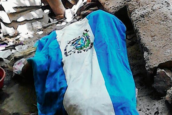El cadáver de Magdalena Pu quedó entre los escombros de la vivienda, en Sacapulas. (Foto Prensa Libre: Óscar Figueroa)