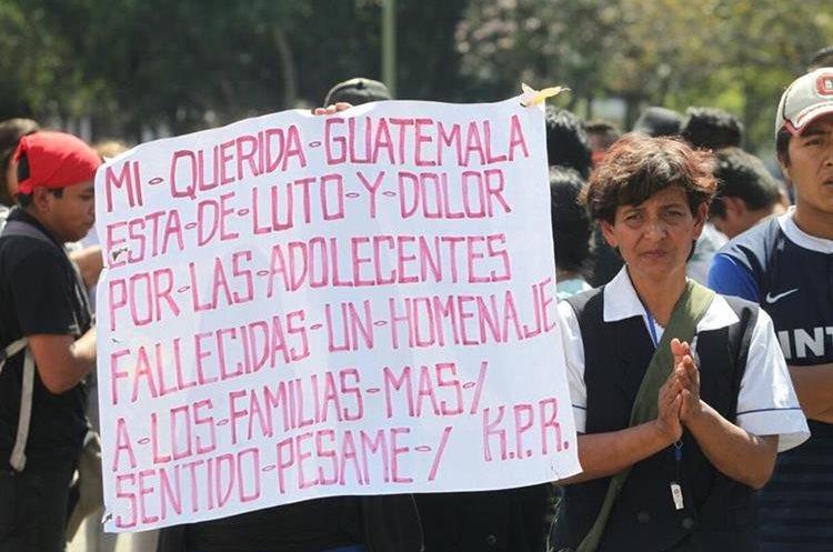Mensajes de dolor se reflejaron en pancartas