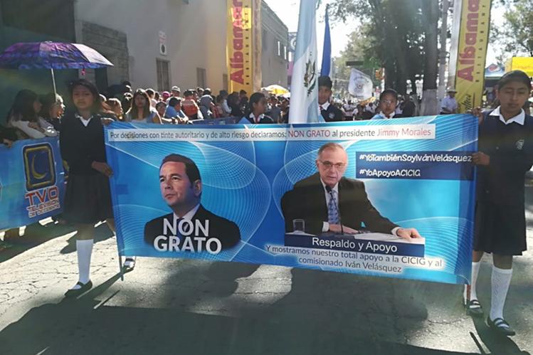 Una de las mantas que portan estudiantes durante el desfile en Quetzaltenango. (Foto Prensa Libre: Raúl Juárez).