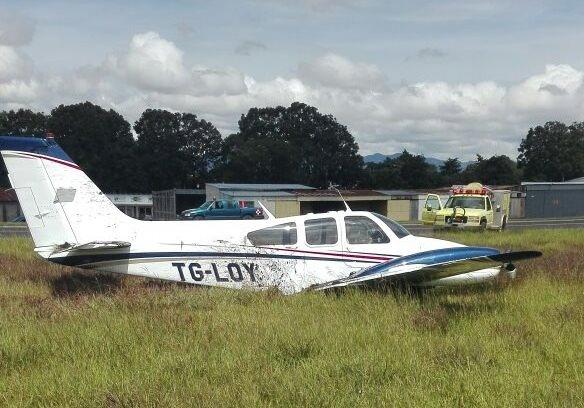 La avioneta TG-LOY sufrió desperfectos en el tren de aterrizaje y derrapó en la pista del Aeropuerto Internacional La Aurora. (Foto Prensa Libre: DGAC)