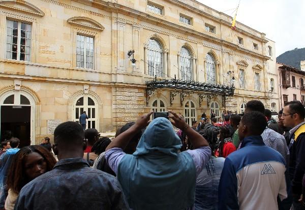 Turistas toman imágenes del teatro Colón que será testigo de la firma del nuevo acuerdo de paz. (EFE).