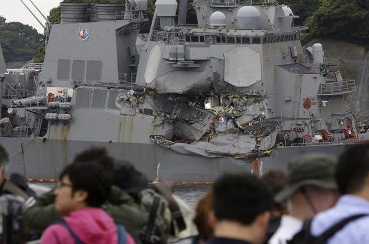 Periodistas observa los daños que sufrió el destructor USS Fitzgerald. (AP).