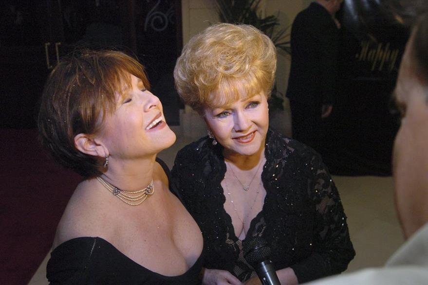 Las actrices estadounidenses Carrie Fisher y su madre Debbie Reynolds durante una velada cinematográfica. (Foto Prensa Libre: EFE)