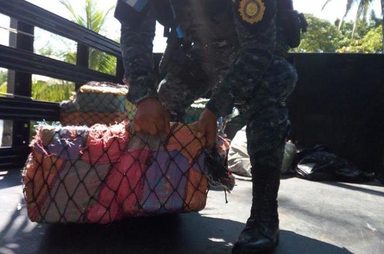 Los paquetes con droga eran transportados en 19 tulas, informó la PNC. (Foto Prensa Libre: Cortesía PNC)