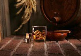 El whisky escocés se compone de los mismos ingredientes desde hace cientos de años, no obstante, algunas destilerías se empiezan a preguntar si no habrá llegado el momento de innovar. (Foto Prensa Libre: ShutterStock)