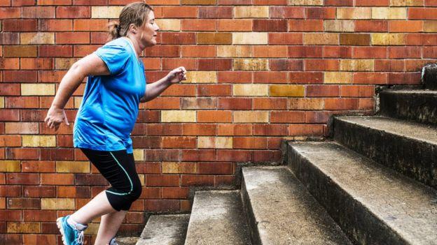 En general los expertos dicen que el ejercicio y la dieta balanceada ayudan al bienestar de la persona, independientemente del peso. (GETTY IMAGES).