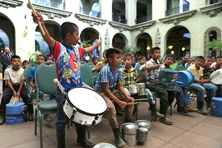 Niños de Sejol, San Pedro Carchá, Alta Verapaz, reciben instrumentos musicales donados por el presidente Jimmy Morales, en el Palacio Nacional de la Cultura. (Foto Prensa Libre: AGN)