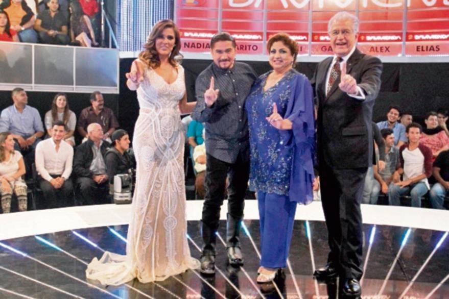 La conductora  Mónica Casamiquela comparte escenario con Álvaro, Nory y Willie. (Foto Prensa Libre: Keneth Cruz)