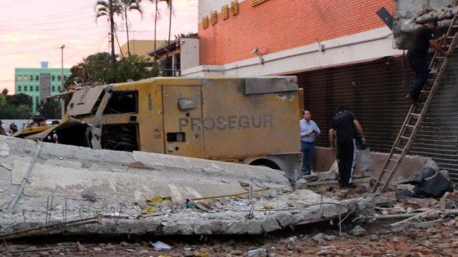 El edificio de Prosegur y decenas de vehículos quedaron destruidos. AFP