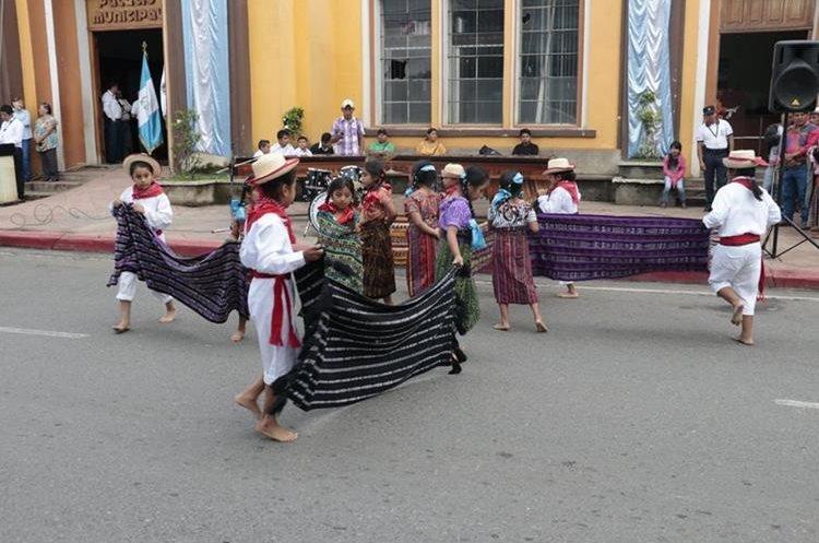 Estudiantes de la Escuela para Niñas Felipa Gómez participan en acto cívico en Cobán. (Foto Prensa Libre: Eduardo Sam).