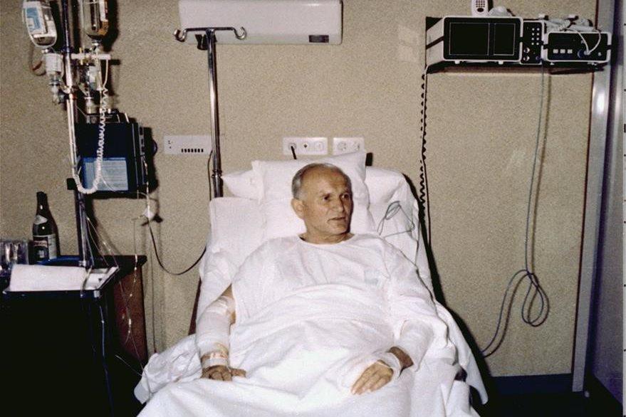 Juan Pablo II en el Hospital Policlínico Gemelli de Roma, el 19 de mayo de 1981. Es la primera imagen del Papa después de su intento de asesinato, el 13 de mayo de 1981. (Foto: Hemeroteca PL)