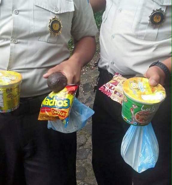 Sopas instantáneas adquiridas con sus propios recursos, alimenta a los PNC en la provincia. (Foto Prensa Libre: Óscar Felipe)