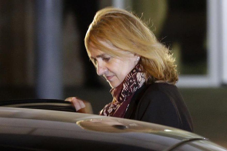La infanta Cristina abandona el tribunal durante el juicio por corrupción, en Palma de Mallorca. (AP).