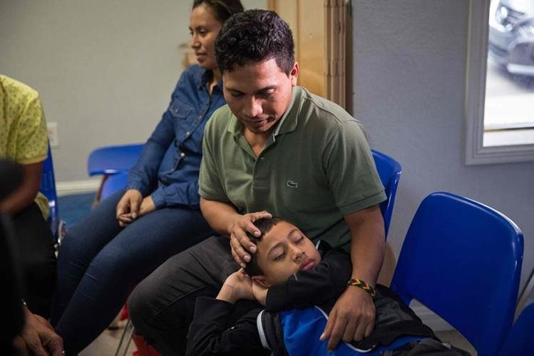 Un grupo de solicitantes de asilo centroamericanos se encuentran en McAllen, Texas. (AFP)