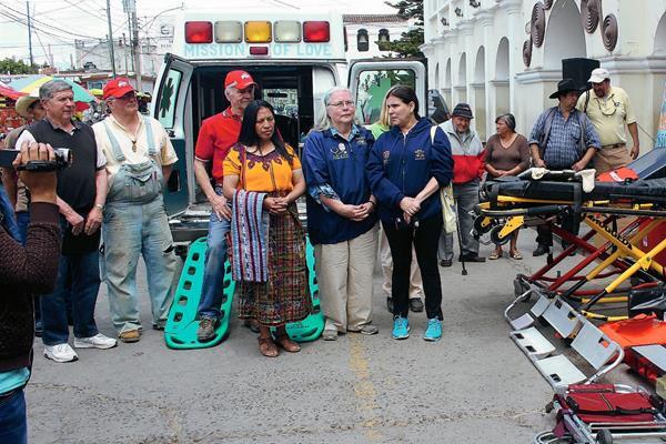 Representantes de la fundación Mission Of Love y la lideresa Paula López, junto a la ambulancia y parte del equipo donado. (Foto Prensa Libre: José Rosales)