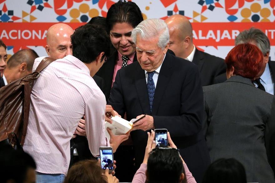 Mario Vargas Llosa firma libros en Guadalajara. (Foto Prensa Libre: EFE)