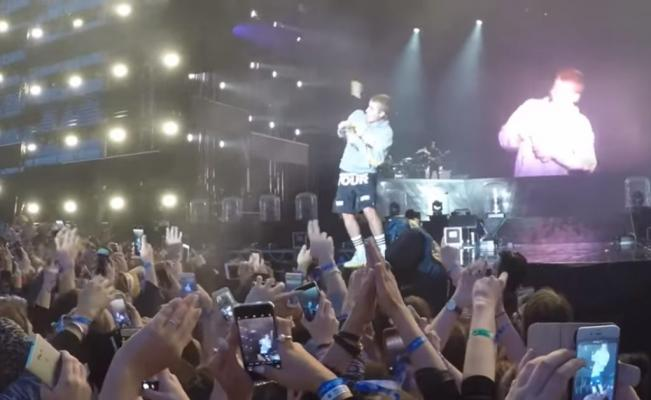 Momento exacto en el que Justin esquiva la botella que le lanzaron durante su presentación. (Foto Prensa Libre: El Universal).