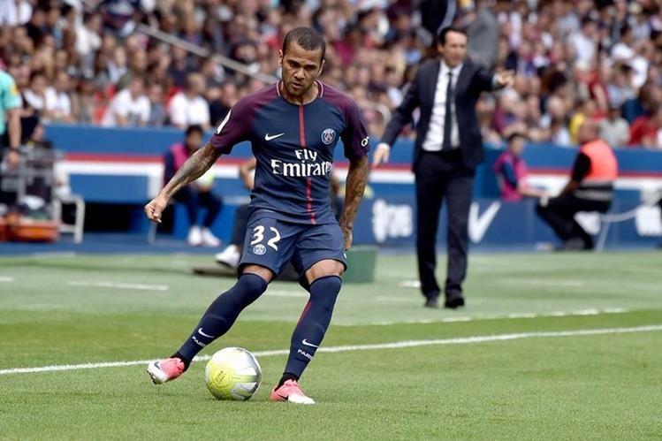 Dani Alves disputó este sábado su primer partido con el PSG en la Ligue 1. (Foto Prensa Libre: EFE)