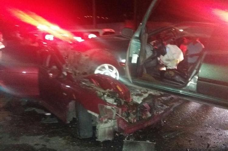 En el vehículo rojo viajaban el hombre que murió y una mujer y dos niños, quienes resultaron heridos. (Foto Prensa Libre: Edy Paz/Bomberos Voluntarios).
