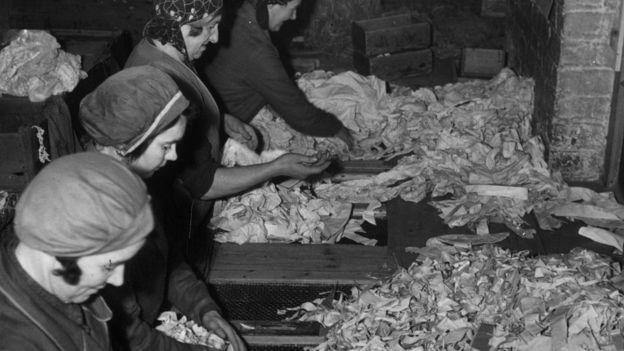 El reciclaje de papel ya se intentaba en la primera mitad del siglo XX. GETTY IMAGES