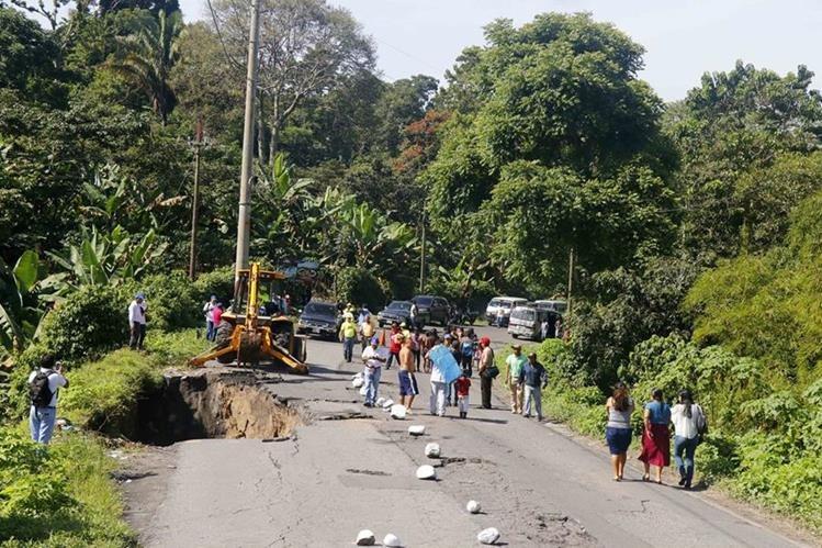 El paso por el km 188 de la ruta de Retalhuleu a Quetzaltenango es irregular, debido a daños en la ruta. (Foto Prensa Libre: Rolando Miranda)