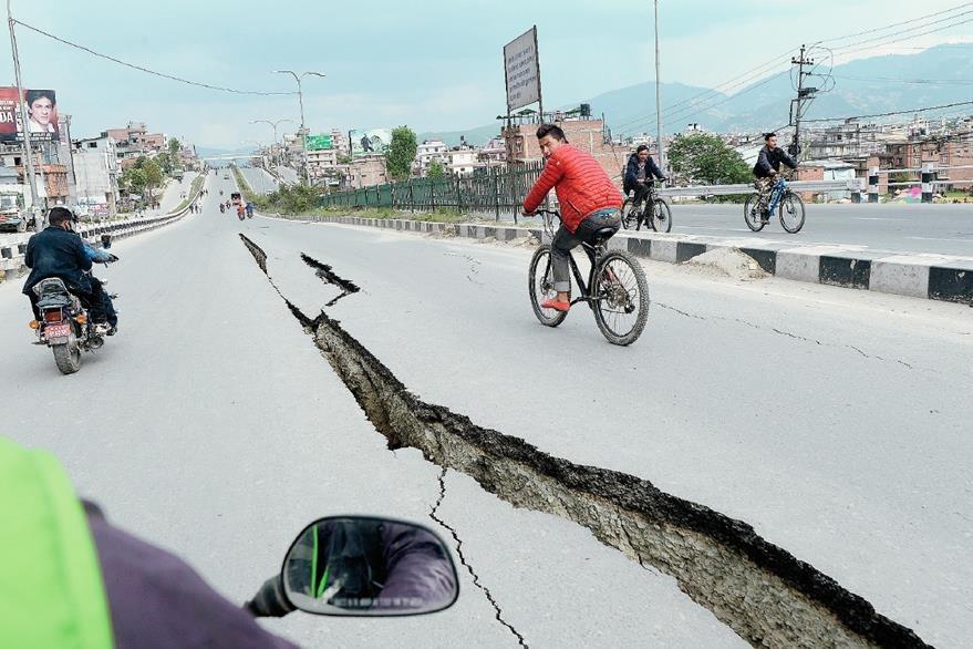 Carretera dañada en las afueras de Katmandú. (Foto Prensa Libre: AFP).