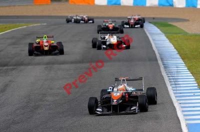 Andrés Saravia (primero al frente), captado durante la carrera de este sábado en Jerez. (Foto Prensa Libre: cortesía Eurofórmula Open)