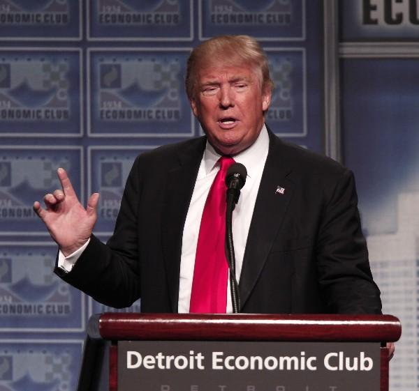 Donald Trump presenta su plan económico en Detroit. (Foto Prensa Libre:AFP).