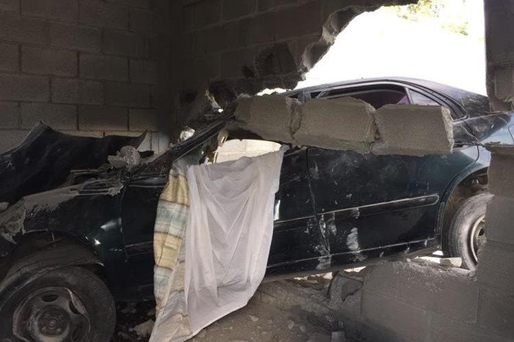 El vehículo en el que viajaban los hermanos Esteban Benito quedó adentro de una vivienda en construcción en la salida de San Pedro Pinula hacia San Luis Jilotepeque. (Foto Prensa Libre: Hugo Oliva)